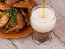 Φτερά μπύρας και κοτόπουλου στοκ εικόνα με δικαίωμα ελεύθερης χρήσης