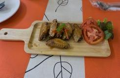 φτερά σάλτσας κοτόπουλ&omicron Στοκ Εικόνες