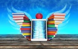 Φτερά της γνώσης PC ταμπλετών, ζωηρόχρωμοι συσσωρευμένοι βιβλία σωροί στο τ Στοκ φωτογραφία με δικαίωμα ελεύθερης χρήσης