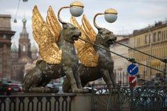 Φτερωτή γέφυρα τραπεζών λιονταριών Griffins στη Αγία Πετρούπολη Στοκ Εικόνες