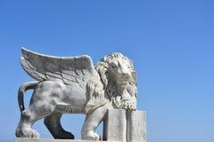 Φτερωτό λιοντάρι ενάντια στο μπλε ουρανό Στοκ φωτογραφίες με δικαίωμα ελεύθερης χρήσης
