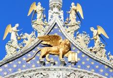 φτερωτό λιοντάρι στο χρυσό στη βασιλική του σημαδιού Αγίου στη Βενετία Στοκ Φωτογραφία