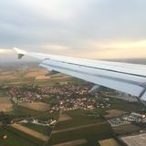 Φτερό αεροπλάνων, άποψη από το παράθυρο αεροπλάνων, εικονική παράσταση πόλης Στοκ φωτογραφίες με δικαίωμα ελεύθερης χρήσης