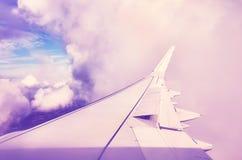 Φτερό αεροπλάνων ανωτέρω στα σύννεφα Στοκ Εικόνα