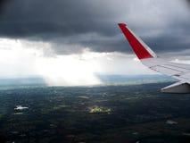 Φτερό αεροπλάνων από το παράθυρο επιβατών Στοκ Φωτογραφία