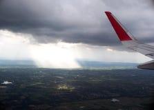 Φτερό αεροπλάνων από το παράθυρο επιβατών Στοκ Φωτογραφίες