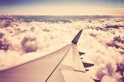 Φτερό αεροπλάνων επάνω από τα σύννεφα Στοκ Φωτογραφίες