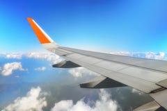 Φτερό αεροπλάνων με τον ουρανό σύννεφων Στοκ Εικόνες