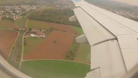 Φτερό αεροπλάνων πέρα από την πόλη φιλμ μικρού μήκους