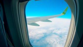 Φτερό αεροπλάνων που βλέπει από την παραφωτίδα απόθεμα βίντεο