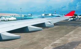 Φτερό αεροπλάνων στον αερολιμένα Στοκ φωτογραφία με δικαίωμα ελεύθερης χρήσης