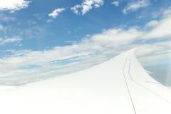 Φτερό αεροπλάνων κατά την πτήση από το παράθυρο, ουρανός σύννεφων Στοκ Εικόνα
