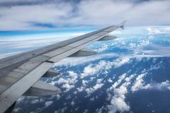 Φτερό αεροπλάνων κατά τη διάρκεια της πτήσης στα ύψη Στοκ φωτογραφίες με δικαίωμα ελεύθερης χρήσης
