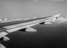 Φτερό αεροπλάνων κατά τη διάρκεια της πτήσης Στοκ Φωτογραφία