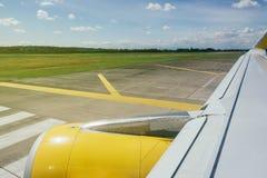 Φτερό αεροπλάνων με το κίτρινο μέρος μηχανών ατράκτων στοκ φωτογραφίες με δικαίωμα ελεύθερης χρήσης