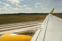Φτερό αεροπλάνων με το κίτρινο μέρος μηχανών ατράκτων στοκ εικόνα με δικαίωμα ελεύθερης χρήσης