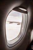 Φτερό αεροπλάνων που βλέπει μέσω του παραθύρου αεροπλάνων Στοκ φωτογραφίες με δικαίωμα ελεύθερης χρήσης