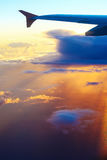 Φτερό αεροπλάνων στο υπόβαθρο του ουρανού ηλιοβασιλέματος πέρα από το Τελ Αβίβ στοκ εικόνες