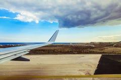 Φτερό αεροπλάνων Tenerife στο υπόβαθρο νησιών Στοκ εικόνα με δικαίωμα ελεύθερης χρήσης