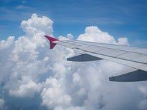 Φτερό αεροσκαφών ενάντια σε bluesky από τα παράθυρά του Στοκ Εικόνες