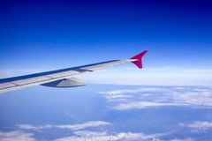 Φτερό αεροσκαφών ενάντια στο μπλε ουρανό από τα παράθυρά του Στοκ εικόνα με δικαίωμα ελεύθερης χρήσης