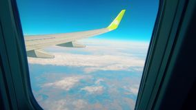 Φτερό ενός αεροσκάφους που παρουσιάζεται από την παραφωτίδα φιλμ μικρού μήκους