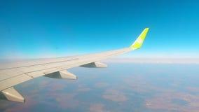 Φτερό ενός αεροσκάφους που πετά στον ουρανό απόθεμα βίντεο