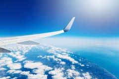 Φτερό ενός πετάγματος αεροπλάνων υψηλού στον ουρανό Στοκ φωτογραφίες με δικαίωμα ελεύθερης χρήσης