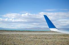 Φτερό και άποψη αεροπλάνων στην προσγειωμένος λουρίδα, την έρημο και τη λίμνη Στοκ εικόνα με δικαίωμα ελεύθερης χρήσης