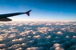 Φτερό και ουρανός αεροπλάνων Στοκ εικόνα με δικαίωμα ελεύθερης χρήσης