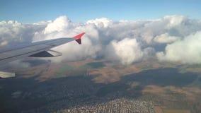 Φτερό της επιφάνειας αεροπλάνων, σύννεφων και εδάφους στη μείωση κεντρικός αγωγός της Φραν απόθεμα βίντεο