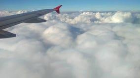 Φτερό του αεροπλάνου και του σύννεφου στη μείωση κεντρικός αγωγός της Φραν απόθεμα βίντεο