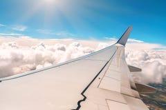 Φτερό του αεροπλάνου πέρα από τα σύννεφα στοκ εικόνες με δικαίωμα ελεύθερης χρήσης