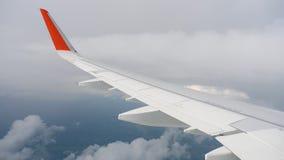 Φτερό του αεροπλάνου στον ουρανό και του σύννεφου στην κίνηση απόθεμα βίντεο