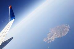 Φτερό του αεροπλάνου στο μπλε ουρανό. στοκ εικόνα