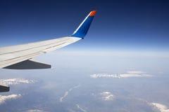 Φτερό του αεροπλάνου στο μπλε ουρανό. στοκ φωτογραφίες