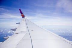 Φτερό του αεροπλάνου στο υπόβαθρο ουρανού Στοκ φωτογραφία με δικαίωμα ελεύθερης χρήσης