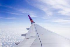 Φτερό του αεροπλάνου στο υπόβαθρο ουρανού Στοκ εικόνα με δικαίωμα ελεύθερης χρήσης