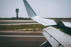 Φτερό χτυπημάτων των ανοικτών σύροντας ακρών αεροσκαφών κατά τη διάρκεια της προσγείωσης Πύργος αερολιμένων στο υπόβαθρο Στοκ Εικόνες