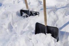 Φτυάρια που κολλιούνται snowdrift στοκ εικόνες με δικαίωμα ελεύθερης χρήσης