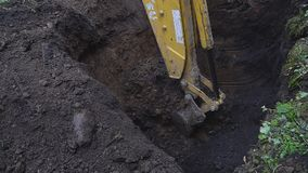 Φτυάρι εκσκαφέων που σκάβει μια βαθιά τρύπα απόθεμα βίντεο