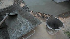 Φτυάρι και δίσκος με το κονίαμα τσιμέντου στο εργοτάξιο οικοδομής απόθεμα βίντεο