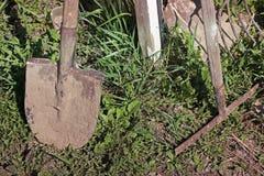 Φτυάρι και τσουγκράνα στην οδό στοκ εικόνες με δικαίωμα ελεύθερης χρήσης