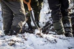 Φτυάρι σκαπανέων και τρία ζευγάρια των ποδιών Στοκ φωτογραφία με δικαίωμα ελεύθερης χρήσης