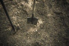 Φτυάρι στο έδαφος στοκ εικόνες με δικαίωμα ελεύθερης χρήσης