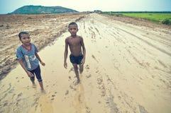 Φτωχά καμποτζιανά κατσίκια που παίζουν στη λάσπη Στοκ Εικόνες