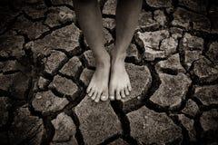 Φτωχά παιδιά στην ξηρά περιοχή Στοκ εικόνες με δικαίωμα ελεύθερης χρήσης