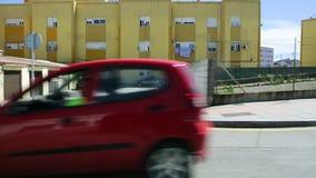 Φτωχή γειτονιά της πόλης της Ceuta με τις προσόψεις των κτηρίων και των αυτοκινήτων απόθεμα βίντεο