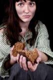 Φτωχή γυναίκα επαιτών με ένα κομμάτι του ψωμιού στοκ εικόνες
