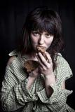 Φτωχή γυναίκα επαιτών με ένα κομμάτι του ψωμιού στοκ εικόνα με δικαίωμα ελεύθερης χρήσης